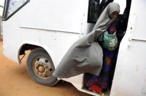 صومالية تقود سيارة نقل عمومية