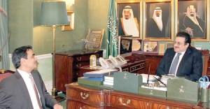 الأمير محمد بن نواف خلال لقائه د. عثمان الزامل