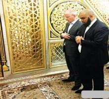 بعد سبه للنبي الكريم أرنود فاندور دموعه تنهمر عند قبره