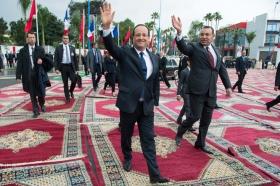 الإعلام المغربي ينتقد كثرة السجاد ووجود صديقة الرئيس الفرنسي معه بدون زواج