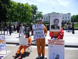 صورة الغنام أمام البيت الأبيض في وقفة سجناء جوانتنامو