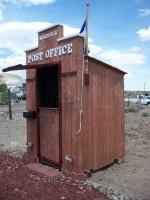 مكتب بريد خاص بها مصنوع من الخشب وطوابع بريد