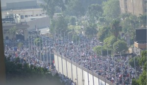 مئات الآلاف يحاصرون الحرس الجمهوري