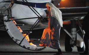 أبو قتادة يصعد الطائرة