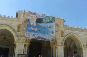 صور تأييد الشرعية تعتلى أبواب المسجد الأقصى