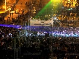صورة عن قرب لمؤيدي الإنقلاب تظهر ضعف حجم الحشد والمساحة الفارغة التي تظهر كأنها مساحة مليئة بالحشود عندما تصور من مسافة بعيدة في الظلام