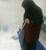 سعودية تنظف الحمامات لتنفق علي أولادها السبعة