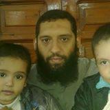 الشهيد محمد أحد شهداء مذبحة رمسيس يتوسط طفليه عمار وعبد الرحمن