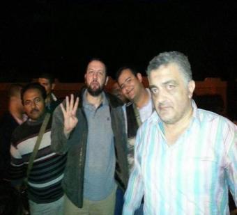 باسم عودة لحظة اعتقاله يرفع شعار رابعة