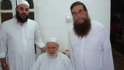 الحاج عبد الموجود يتوسط الشيخين عبود وطارق