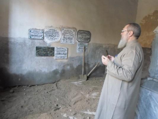 عباس شنن يقوم بالدعاء