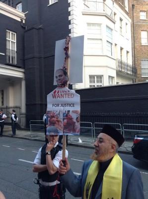 السري يحمل السيسي في رقبته حبل المشنقة أمام السفارة المصرية بلندن