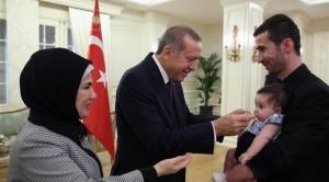 أردوغان يستقبل أحد الرهائن الاتراك المفرج عنهم