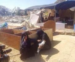 اثنتين من سيدات سيناء، واحدة مريضة وتعلق محلول في شرايين يديها وسيدة أخرى تبكي
