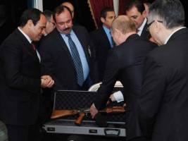 بوتين يهدي السيسي كلاشنكوف