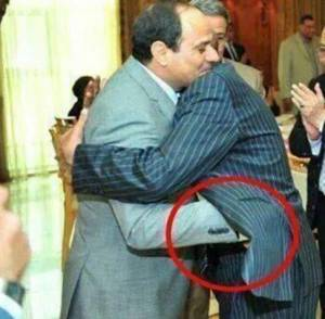 السيسي يضع يده في جيب من يسلم عليه