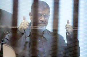 ثبات مرسي لحظة الحكم بإحالة أوراقه للمفتي