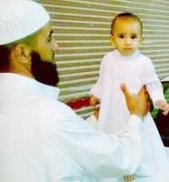 سيد بلال مع طفله