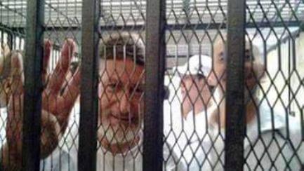 فريد اسماعيل يرفع شعار رابعة من داخل القفص