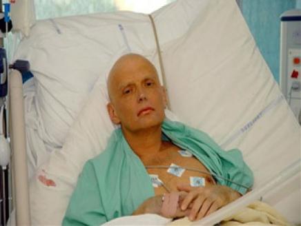 ألكسندر ليتفينينكو على فراش الموت بعد تسميمه