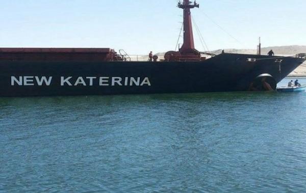 جنوح السفينة نيوكاترين يغلق قناة السويس وتسرب بقعة زيت