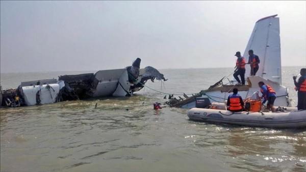 العثور على أشلاء لضحايا الطائرة المنكوبة