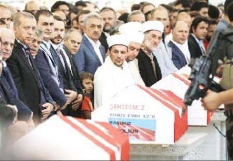 أردوغان يدعو للبقاء في الميادين أثناء تشييع ضحايا الانقلاب