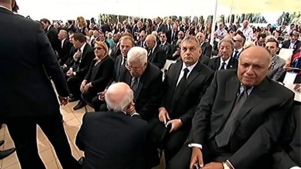 """شكري ممثل الانقلاب متأثراً أثناء حضور بيريز جنازة قاتل أطفال """"بحر البقر""""."""
