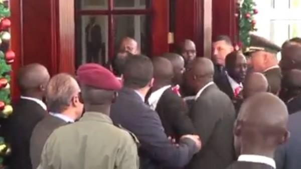 حرس الرئيس الأوغندي يلقنون حرس السيسي علقة ساخنة وينزعون أسلحتهم