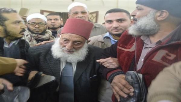 الشيخ حافظ سلامة يشارك ويؤم المصلين في جنازة الشيخ عمر عبد الرحمن