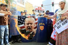 متظاهرون يحرقون صور ترامب
