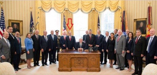 صورة مهينة للسيسي يقف كموظف خلف ترامب الجالس على مكتبه