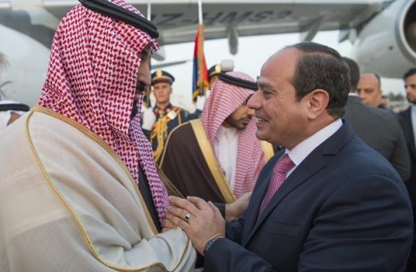 """السيسي يستقبل ابن ولي نعمته """"محمد بن سلمان"""" بالقبلات والأحضان"""