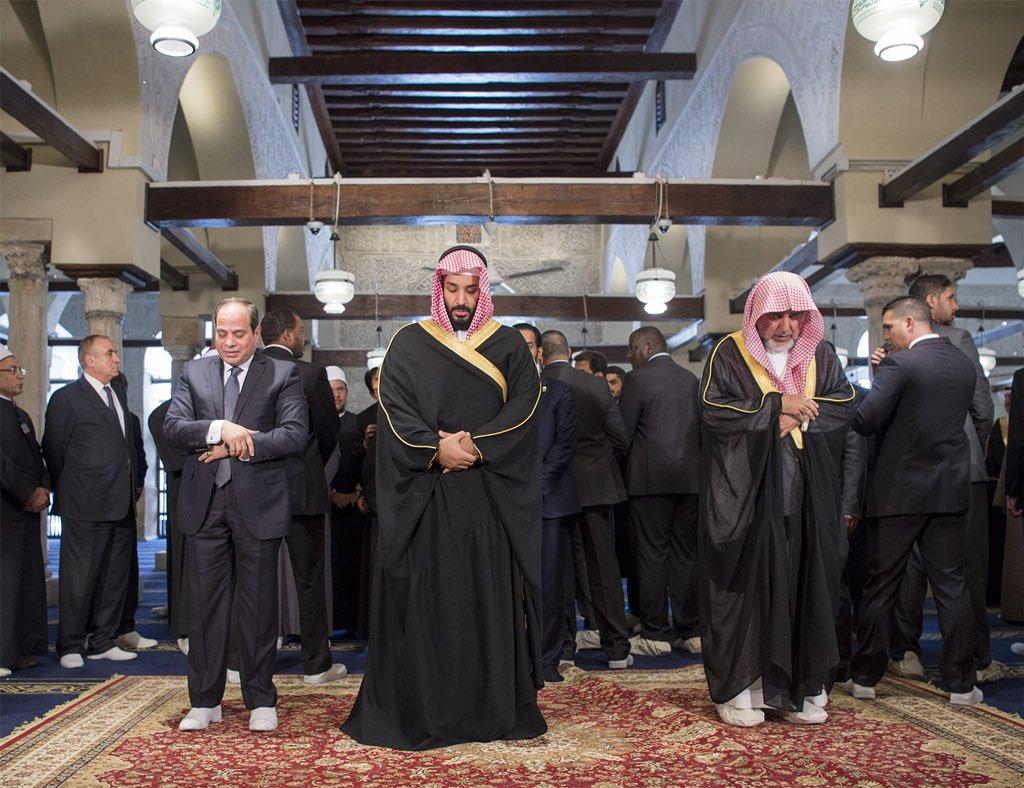 السيسي وبن سلمان في الجامع الأزهر .. أي صلاة تلك؟ وماذا يفعل من خلفهما؟