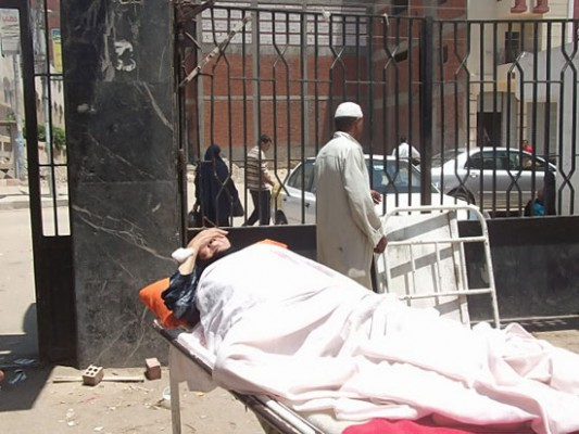 السيسي يخرج لسانه للشعب ويفتتح مستشفى عسكريا بينما يقتل الغلابة بالمستشفيات