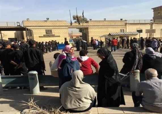 أهالي المعتقلين يفترشون الأرض أمام بوابة السجن