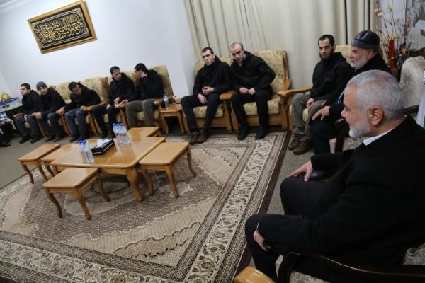 """هنية في اجتماع مع """"المختطفين في مصر بعد عودتهم إلى قطاع غزة"""
