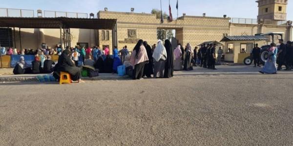 أهالي المعتقلين في انتظار السماح لهم بالزيارة