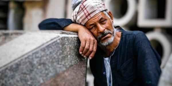 في مملكة العسكر لا مكان للمرضى والفقراء إلا المقابر
