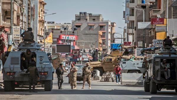 جيش السيسي يغلق مدينتي رفح والشيخ زويد في سرية تامة