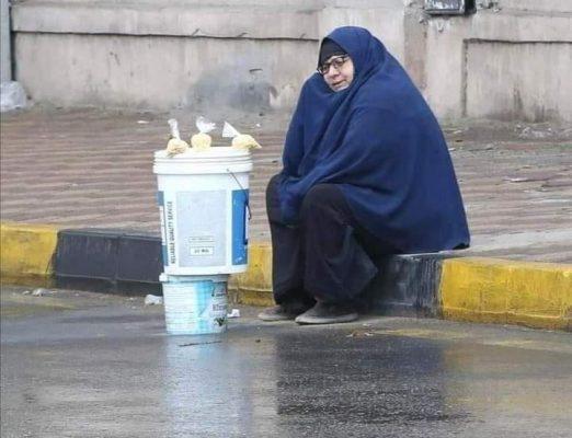 السيدة نعمات عبد الحميد، تبلغ من العمر 63 عاما تبيع الترمس في المطر